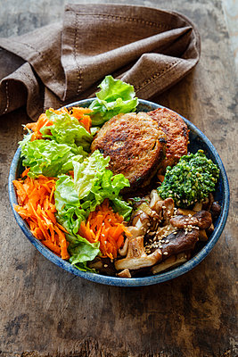 Buddha Bowl, salad with carrot, quinoa fritters, shitake mushrooms and ramson paste - p300m1567939 by Eva Gruendemann