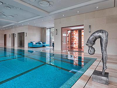 Schwimmbad in einer privaten Villa - p390m2263704 von Frank Herfort