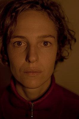 Portrait of woman in sweater - p552m2248536 by Leander Hopf