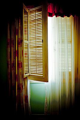 Offenes Fenster mit Gardine - p647m1113098 von Tine Butter