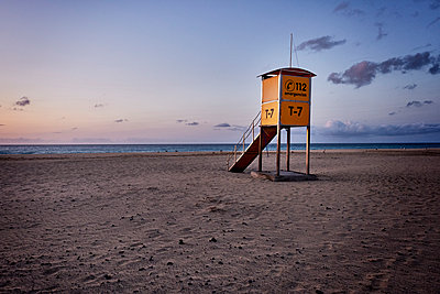 Spain, Lifeguard tower on the beach - p890m2099712 by Mielek