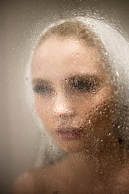 Young woman takes a shower - p930m2064052 by Ignatio Bravo