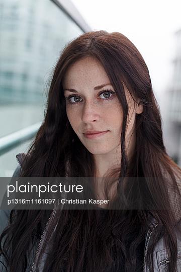 Porträt einer jungen Frau, München, Bayern, Deutschland - p1316m1161097 von Christian Kasper