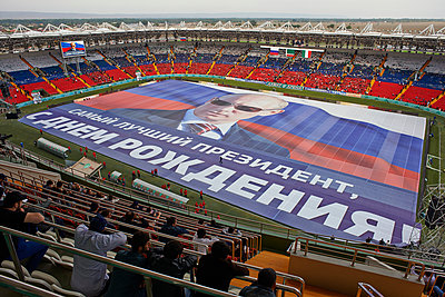 Banner mit Wladimir Putin in der Akhmat Arena in Grosny  - p390m1092833 von Frank Herfort