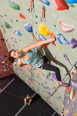 Mother belaying daughter climbing rock wall - p555m1312138 by Don Mason