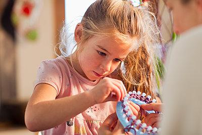 Caucasian girl knitting - p555m1478456 by John Lund/Marc Romanelli