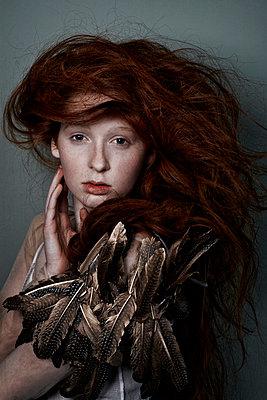 Mädchen mit roten Haaren posiert - p1146m943295 von Stephanie Uhlenbrock