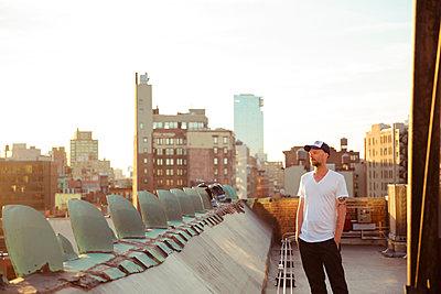 Nachdenklicher Mann auf Dach - p432m1189830 von mia takahara