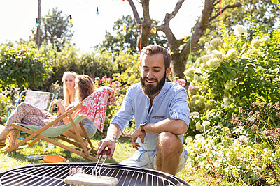 BBQ in the garden - p788m2027487 by Lisa Krechting