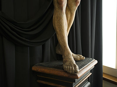 Feet of statue on pedestal - p945m2007971 by aurelia frey