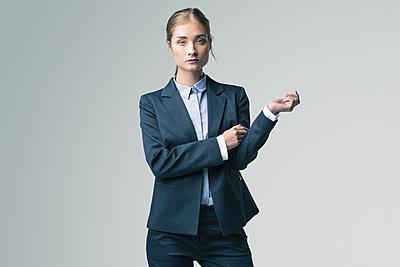 Junge Frau mit ernstem Blick - p947m1217249 von Cristopher Civitillo