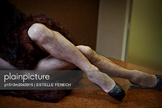 Hairy leg play - p1513m2043915 by ESTELLE FENECH