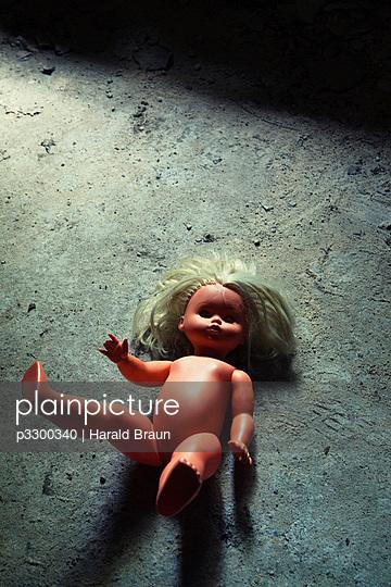 Liegende Puppe - p3300340 von Harald Braun