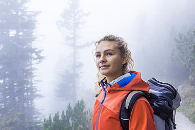Young woman hiking in the Bavarian mountains - p300m2059397 von Tom Chance