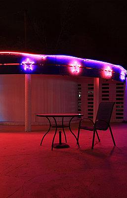 Nachts in Innenhof - p0452742 von Jasmin Sander