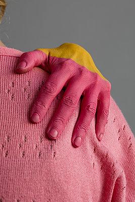 Rosa Hand - auf Schulter - p1212m1128271 von harry + lidy