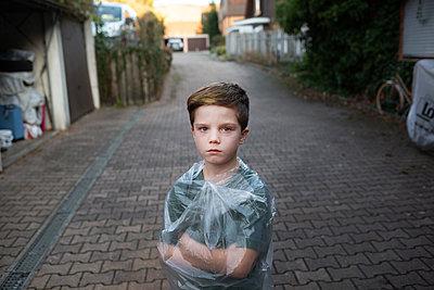 Junge im Hof - p1308m2297882 von felice douglas
