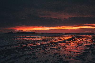 France, Brittany, Landeda, Dunes de Sainte-Marguerite, seascape with beach at dusk - p300m1580990 von Gustafsson