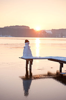 Snowman on a landing stage - p533m1225528 by Böhm Monika