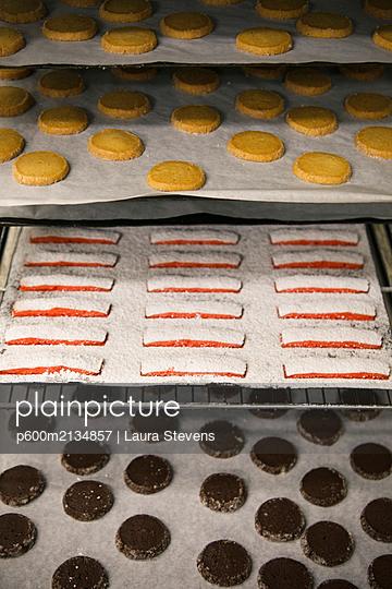 Kekse auf Backblechen - p600m2134857 von Laura Stevens