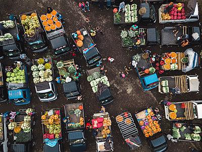 Aerial view of fruit market - p1166m2095150 by Cavan Images