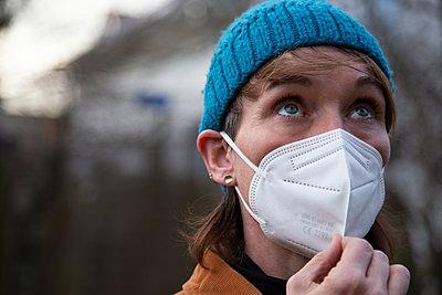 Woman wearing a mask - p1650m2259624 by Hanna Sachau