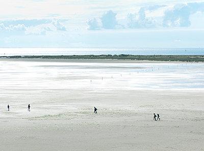Urlauber am Strand - p341m1195522 von Mikesch