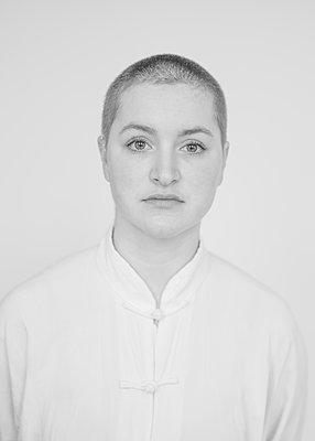 Woman with short hair, portrait - p552m2157577 by Leander Hopf