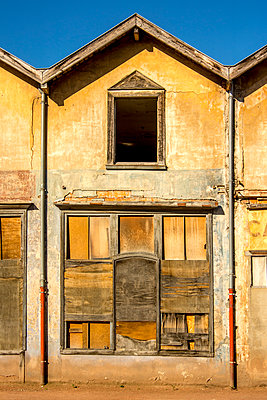 Facade with wooden shutters - p813m1154684 by B.Jaubert