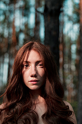 Young woman in the forest, portrait - p947m2273204 by Cristopher Civitillo