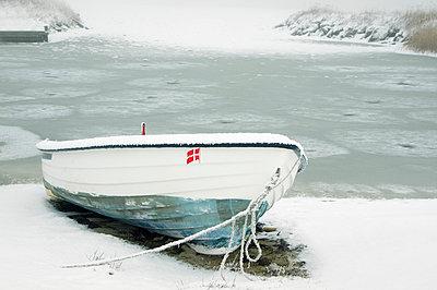 Boot im Schnee - p992m791619 von Carmen Spitznagel