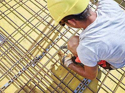 Construction worker fixing - p300m1587818 von Christian Vorhofer