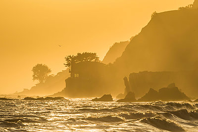 Late Afternoon Light on Coastline, Los Angeles, California, USA - p651m2032633 by Tom Mackie
