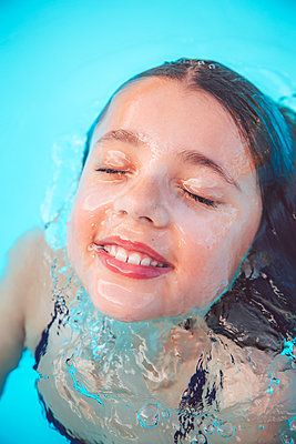 Girl takes a swim in the pool - p756m2157822 by Bénédicte Lassalle