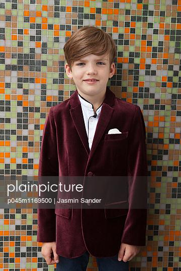 Kleiner, eleganter Junge - p045m1169500 von Jasmin Sander