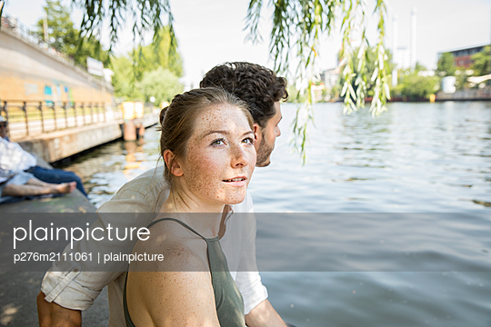 Young couple in Berlin at river Spree - p276m2111061 by plainpicture