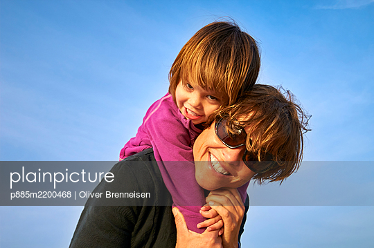 Portrait of mother and daughter - p885m2200468 by Oliver Brenneisen