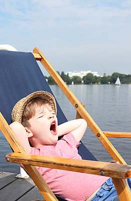 Little boy yawns - p045m696830 by Jasmin Sander