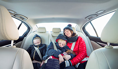 Mother and children sleeping in car - p429m1557582 by JLPH