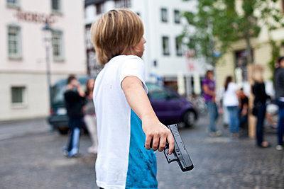 Boy with softair pistol - p913m1045469 by LPF