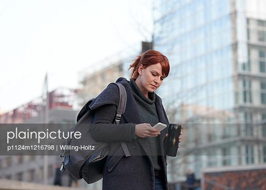 Frau auf dem Arbeitsweg - p1124m1216798 von Willing-Holtz