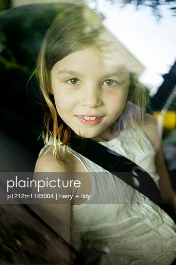 Mädchen im Auto - p1212m1145904 von harry + lidy