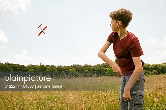 Kind mit Spielflugzeug - p1222m1154537 von Jérome Gerull