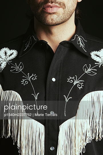 Man wearing a vintage fringed embroidered western shirt - p1540m2237762 by Marie Tercafs