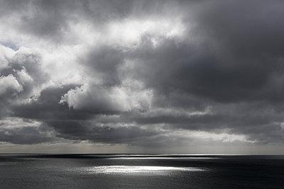 Dunkle Wolken über dem Meer - p1057m1220640 von Stephen Shepherd