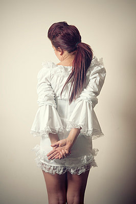 Rear view of a woman in short white dress - p7940321 by Mohamad Itani