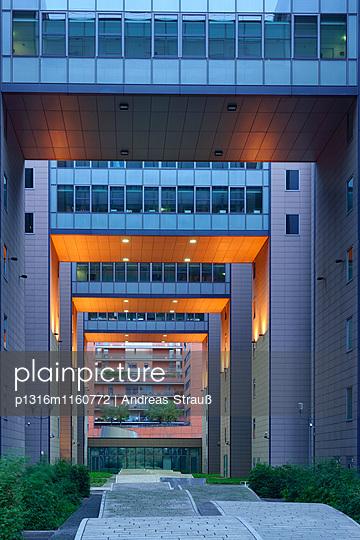 Innenhöfe, Hochhaus am Potsdamer Platz, Berlin, Deutschland - p1316m1160772 von Andreas Strauß
