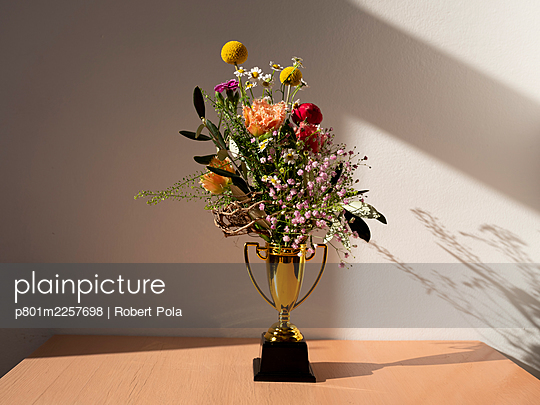 Pokal mit Blumenstrauß - p801m2257698 von Robert Pola