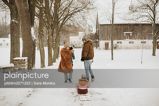 Canada, Ontario, Parents with children (12-17 months, 2-3) on winter walk - p924m2271223 by Sara Monika