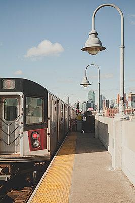 U-Bahnstation New York und Skyline - p1345m1225489 von Alexandra Kern